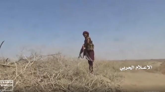 Chiến binh Houthi trên chiến trường ven biển phía tây Yemen. Ảnh minh họa video truyền thông Houthi