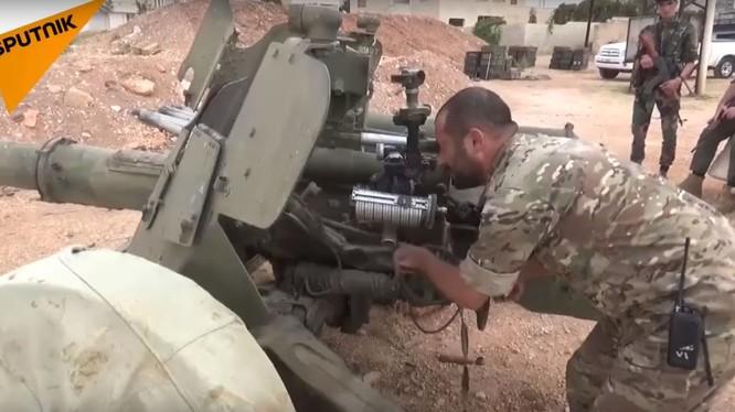 """Binh sĩ quân đội Syria sử dụng pháo săn tăng """"Rapira"""" MT-12. Ảnh minh họa video Sputnik"""