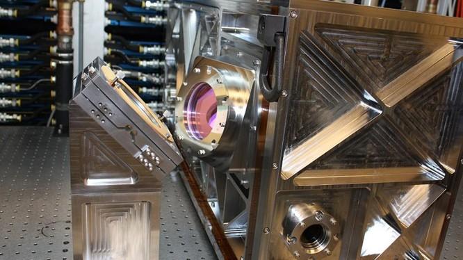 Hệ thống quang học phát xung laser. Ảnh Defence.Blog