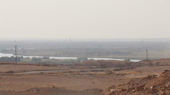 Vùng chiến trường trên bờ đông sông Euphrates thuộc địa phận tỉnh Deir Ezzor