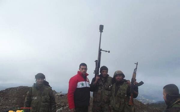 Xạ thủ bắn tỉa Syria và đồng đội trên chiến trường Hama. Ảnh minh họa: Masdar News.