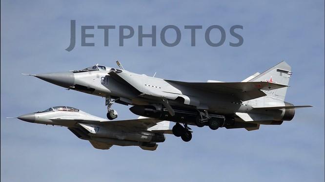 Ảnh máy bay tiêm kích tầm xa MiG-31D mang tên lửa chống vệ tinh trên tài khoản Twitter Ivan O'Gilvi.