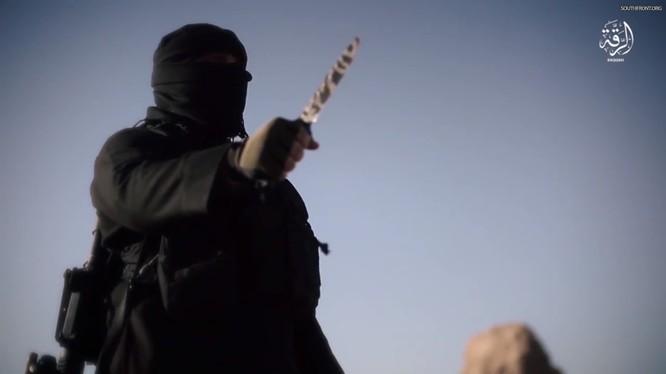 Khủng bố IS đe dọa hành quyết 10 người một ngày nếu SDF không dừng tấn công. Ảnh minh họa: video South Front.