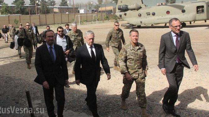 Tướng Miller và các quan chức Mỹ ở Afghanistan. Ảnh: Rusvesna.