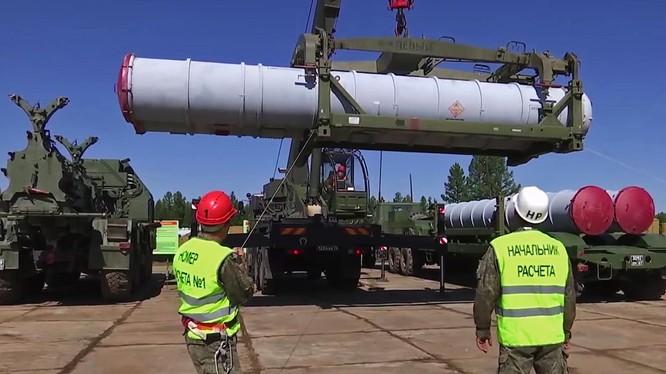 Lực lượng phòng không Nga lắp đạn cho tổ hợp tên lửa phòng không S-300 ở Syria. Ảnh minh họa: RuAN.