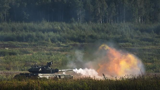 """Xe tăng T-90 khai hỏa trên thao trường """"Quân đội - 2018"""". Ảnh: Zvezda."""