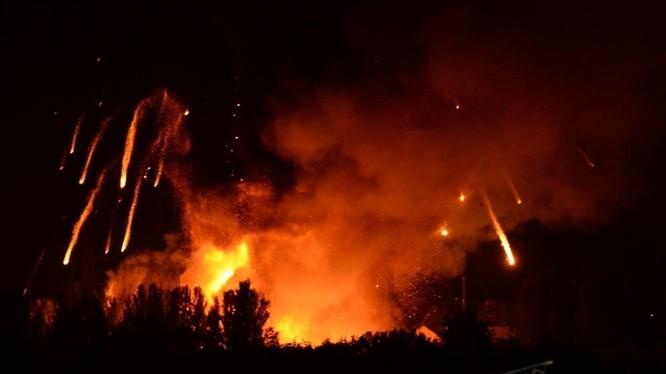Vụ hỏa hoạn khủng khiếp tại kho vũ khí Ichnya của quân đội Ukraine ở Chernigov. Ảnh minh họa: Russia Gazeta.