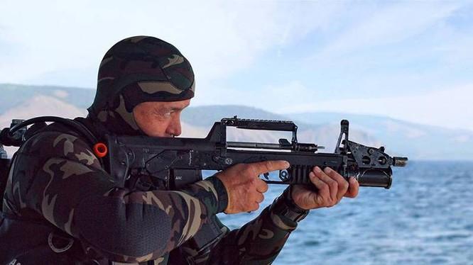 Hải quân đánh bộ Nga sử dụng súng tiểu liên lưỡng cư ADS. Ảnh minh họa: Russian Gazeta.