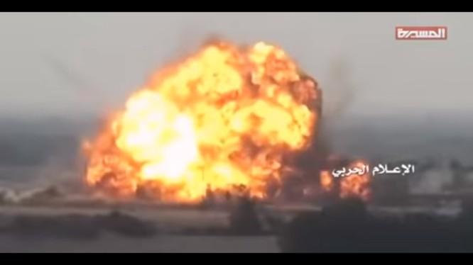 Lực lượng Houthi tấn công Liên minh vùng Vịnh do Ả rập Xê út dẫn đầu ở khu vực Kilo 16, Yemen. ảnh minh họa video truyền thông Houthi
