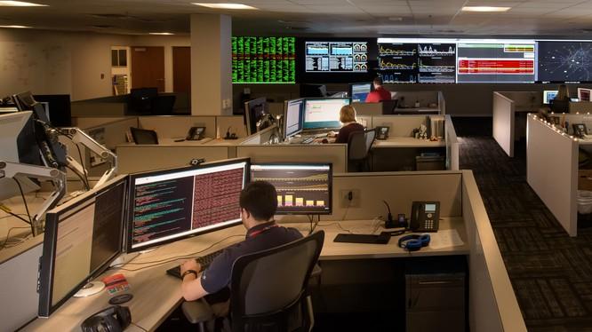 Phòng trung tâm an ninh mạng nội bộ của Lockheed Martin. Ảnh minh họa: Breaking Defence.