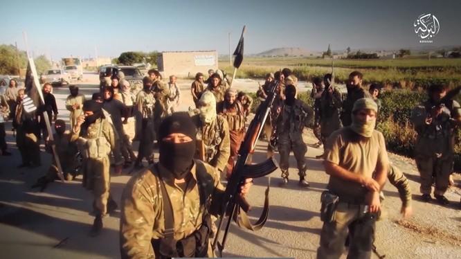 Các tay súng khủng bố IS trên chiến trường Deir Ezzor. Ảnh minh họa: Masdar News.