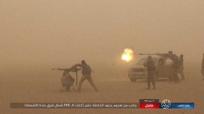 Các tay súng khủng bố IS bất ngờ tấn công, SDF đại bại. Ảnh: Amaq.