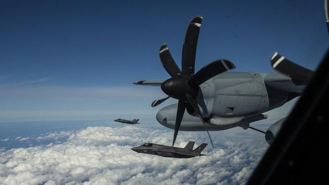 Các máy bay tiêm kích tàng hình F-35B tiếp dầu trên Biển Đông. Ảnh: Military.com.