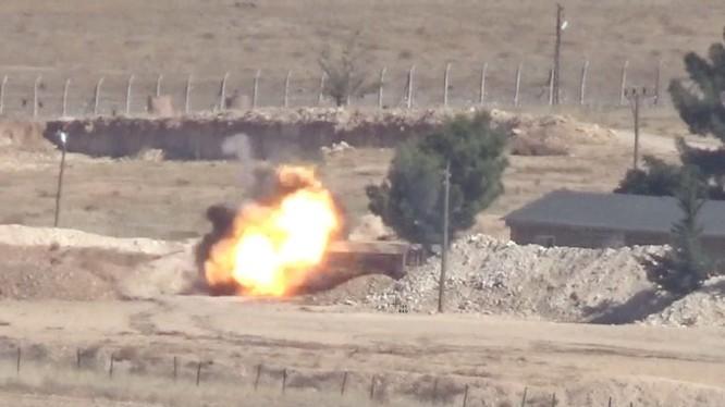 Cận cảnh tên lửa chống tăng có điều khiển phá hủy một xe thiết giáp của quân đội Thổ Nhĩ Kỳ. Ảnh minh họa video YPG.