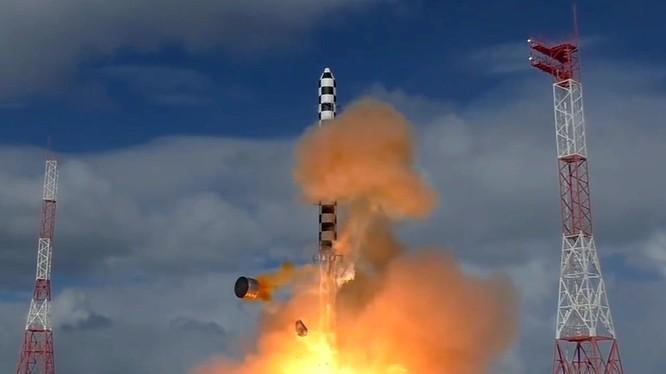 Lực lượng tên lửa chiến lược Nga phóng thử nghiệm tên lửa liên lục địa Sarmat, mang đầu đạn siêu âm Avangard. Ảnh minh họa: Russian Gazeta.