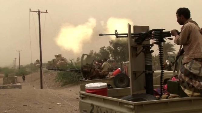 Tay súng người Yemen trong lực lượng quân sự vùng Vinh được Ả rập Xê-út ủng hộ bắn vào lực lượng Houthi. Ảnh: South Front.