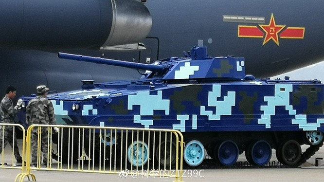 Xe thiết giáp đổ bộ đường không ZBD-04 của Trung Quốc, được trưng bày ở Chu Hải. Ảnh: Russian Gazeta.