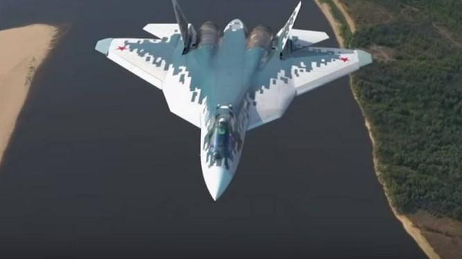 Máy bay tiêm kích tàng hình Su-57 trên không phận thao trường thử nghiệm. Ảnh từ máy bay vận tải An-12.