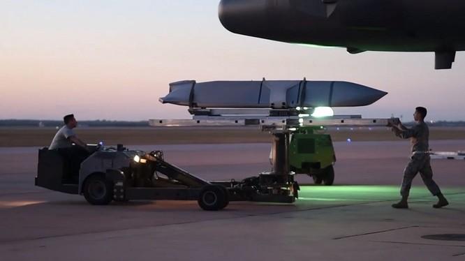 Tên lửa không đối đất/hạm Joint Air-to-Surface Standoff Missile (JASSM).