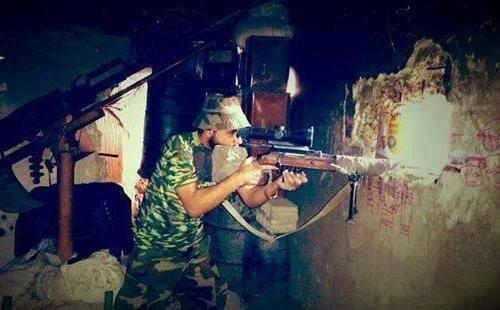 Binh sĩ quân đội Syria đánh trả cuộc tấn công của lực lượng khủng bố trên vùng nông thôn miền Tây Hama. Ảnh minh họa: Masdar News.
