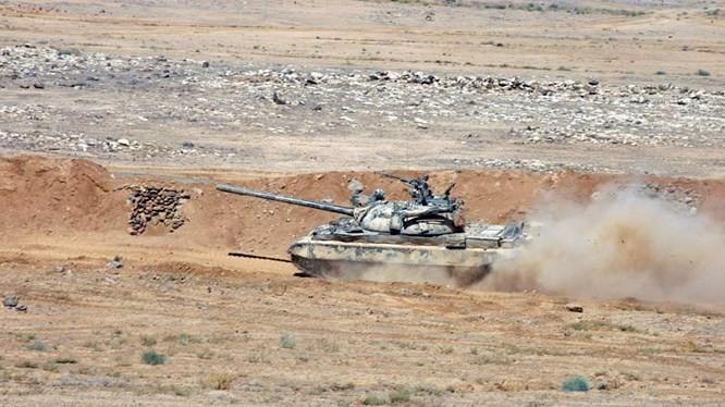 Xe tăng quân đội Syria trên chiến trường al-Safa, tỉnh al-Sweida.