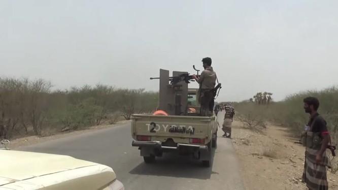 Các tay súng vũ trang Yemen được Liên minh quân sự vùng Vịnh hậu thuẫn tấn công lực lượng Houthi. Ảnh minh họa: Masdar News.