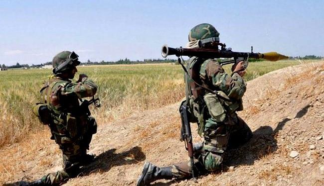 Binh sĩ quân đội Syria phản kích cuộc tấn công của lực lượng Hồi giáo cực đoan ở Hama. Ảnh minh họa: Masdar News.
