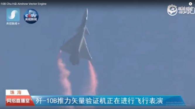 Máy bay tiêm kích J-10B TVC Trung Quốc trình diễn kỹ thuật siêu cơ động với động cơ lực đẩy vectơ.