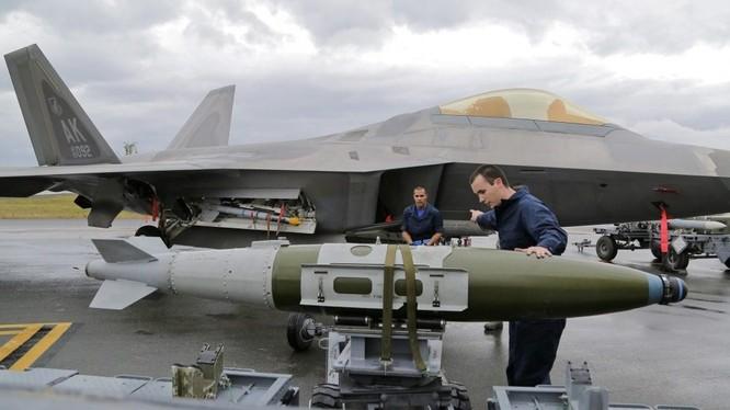 Lắp bom cho máy bay tiêm kích tàng hình F-22 Raptor. Ảnh Defence.Blog