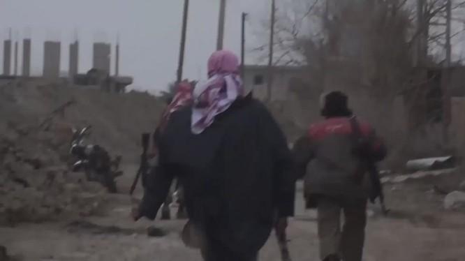Các tay súng IS tấn công trên chiến trường Suweida. Ảnh minh họa: Masdar News.