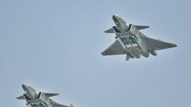 Máy bay tiêm kích tàng hình thế hệ 5 Chengdu J-20 bay biểu diễn với khoang vũ khí mở ở Chu Hải. Ảnh Rusian Gazeta