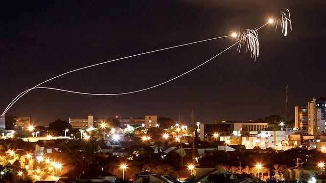 Tên lửa Tamir đánh chặn đạn tên lửa tự chế Qassam của dân quân Palestine. Ảnh minh họa RT