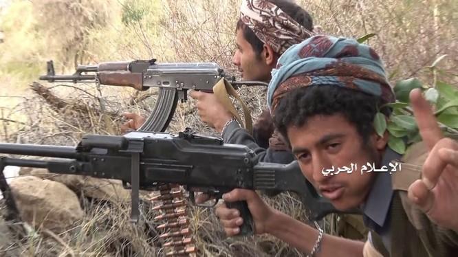Chiến binh Houthi phục kích các tay súng lực lượng Liên minh vùng Vịnh. Ảnh minh họa: Masdar News.
