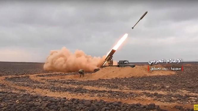 Pháo binh tên lửa Syria tập kích hỏa lực trên chiến trường Al-Safa. Ảnh minh họa: video truyền thông quân đội Syria.