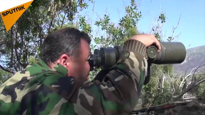 Binh sĩ quân đội Syria quan sát chiến tuyến Latakia.