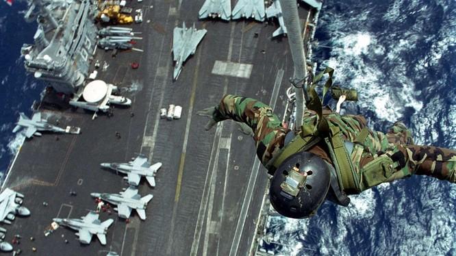 Đổ bộ binh sĩ đặc nhiệm xuống tàu sân bay USS Dwight D. Eisenhower. Ảnh The Drive
