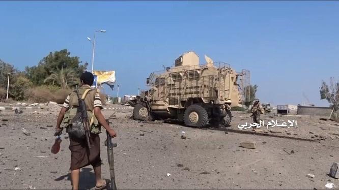 Chiến binh lực lượng Houthi tiến công trên chiến trường Yemen, khu vực Kilo 16. Ảnh minh họa: Masdar News.