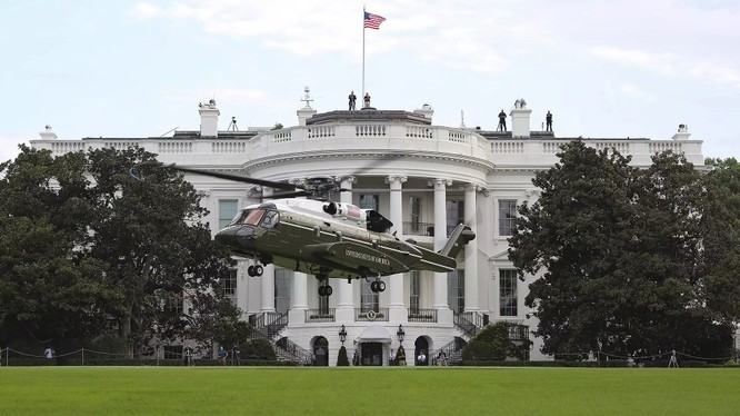 Trực thăng Sikorsky VH-92 (Thủy quân Lục chiến 1 - Marine One) hạ cánh trước Nhà Trắng - ảnh The Drive