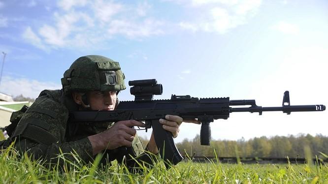 Binh sĩ Nga sử dụng súng tiểu liên AK-12K. Ảnh minh họa Rusian Gazeta