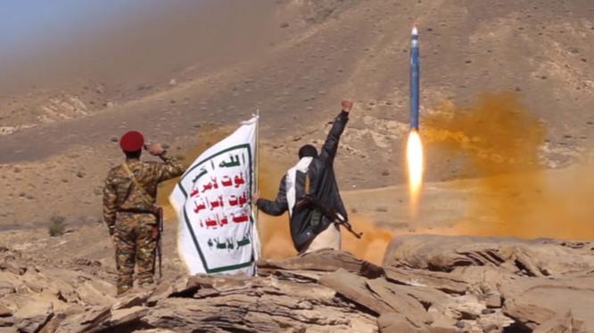 Lực lượng Houthi phóng tên lửa vào Liên minh quân sự Ả rập Xê-út.
