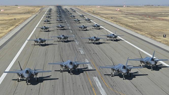 Cuộc diễn tập có 35 máy bay tiêm kích tàng hình F-35A Elephant Walk. Ảnh minh họa Military Watch Mgazine