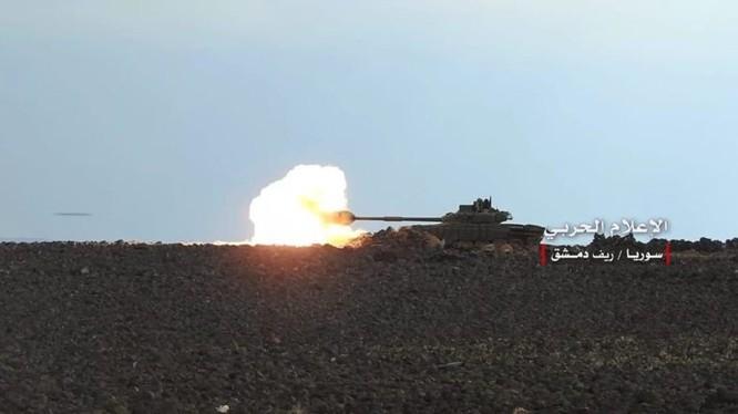 Xe tăng quân đội Syria tấn công trên hoang mạc al-Safa. Ảnh minh họa: Masdar News.