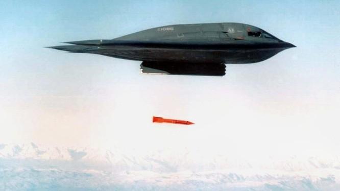 Máy bay ném bom tàng hình thế hệ 5 B2 ném bom thử nghiệm B61-12. Ảnh The National Interest