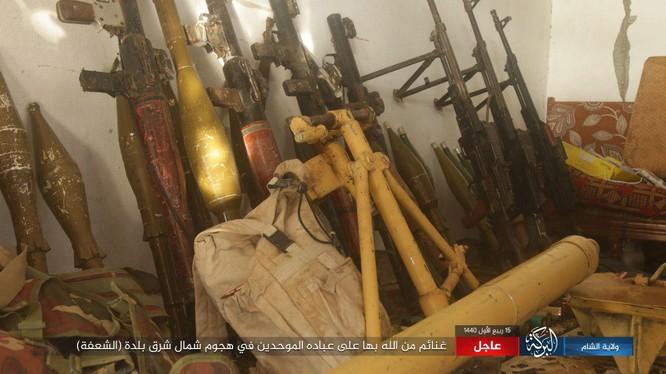 Những vũ khí trang bị của người Kurd vị IS chiếm được trong cuộc tấn công vào thị trấn al-Bahrah . Ảnh trang Amaq