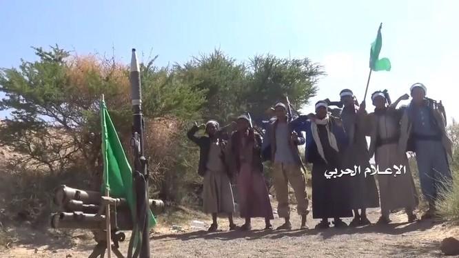 Các chiến binh Houthi ăn mừng chiến thắng ở Yemen. Ảnh tài khoảng Yemen Observer
