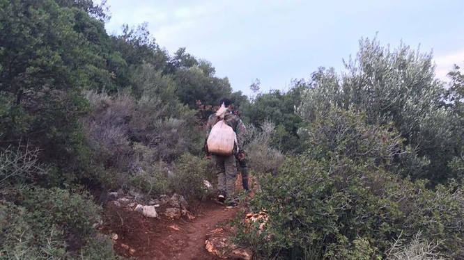 Binh sĩ Syria hành quân tuần tiễu trên chiến trường Latakia. Ảnh: Ivan Sidorenko.
