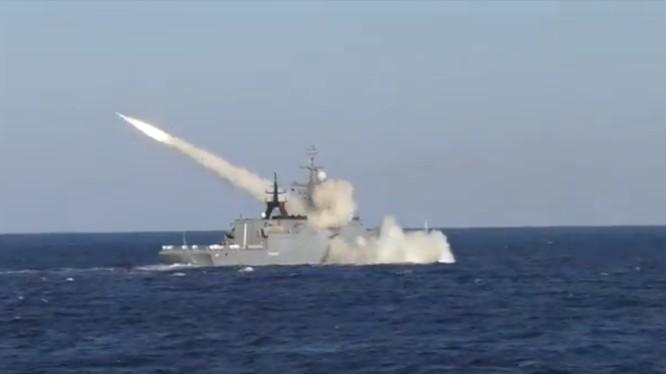 """Hộ tống hạm """"Gromkiy"""" phóng tên lửa Uran Kh-35. Ảnh: Bộ Quốc phòng Nga."""