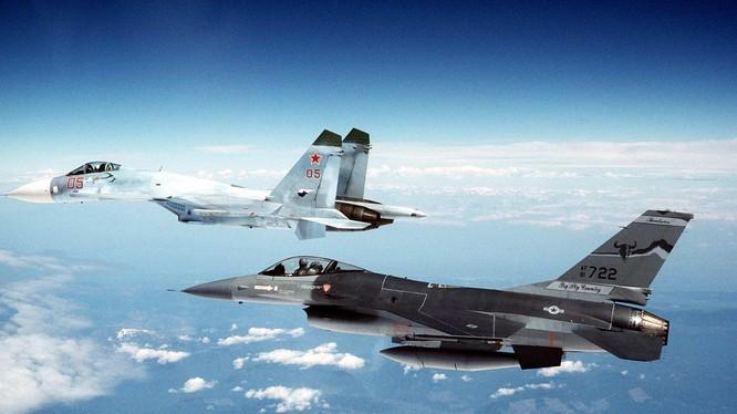 Máy bay tiêm kích đa nhiệm Su-27 và máy bay F-16 của không quân Bỉ.