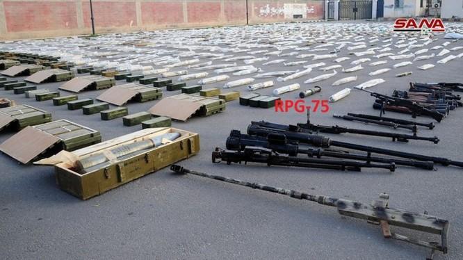 Một số vũ khí trang bị mà quân đội Syria thu giữ trên khu vực miền Nam, tỉnh Daraa và Quneitra. Ảnh: SANA.