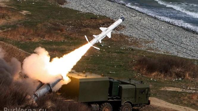 Hệ thống tên lửa phòng thủ bờ biển Ball phóng đạn. Ảnh: Rusvesna.